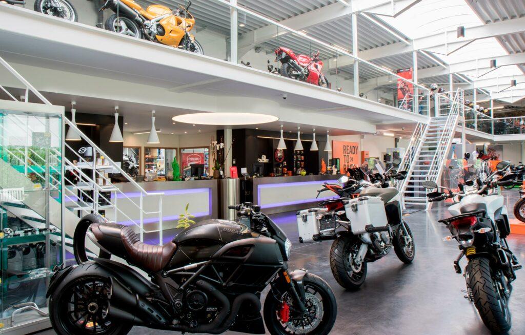 Decoratieve pendels boven de toonbank bij Moto's Hautekiet Ruddervoorde
