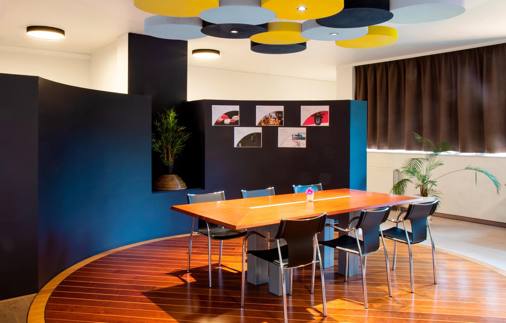 Eclairage acoustique dans une salle de réunion.
